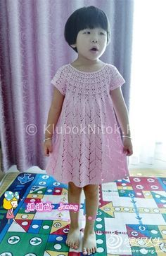 Миле плаття для маленької дівчинки. Кругла ажурна кокетка і поділ сукні - ажурні листя.