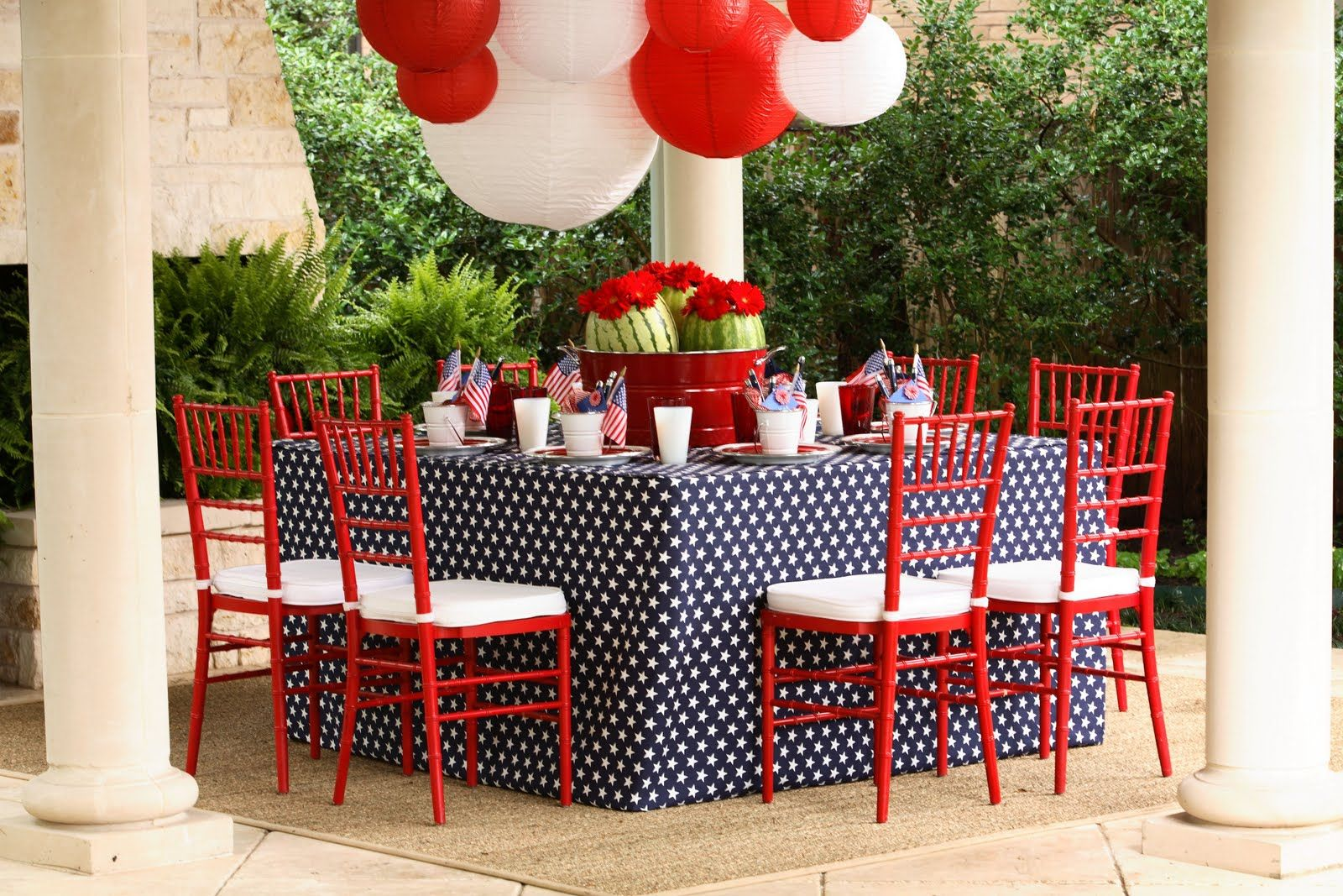 I Love The Square Table Floor Length Tablecloth Doubling Up Of Chairs And Paper Lantern Chandelier This Fourth July Look Is Extra Special
