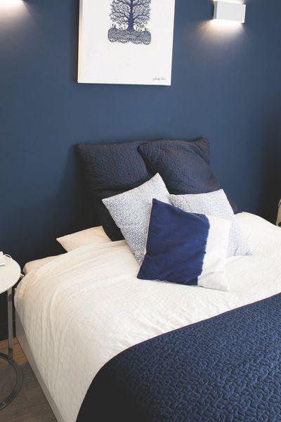 Ultratendance, ce bleu devient une tête de lit ! Finition laque mate