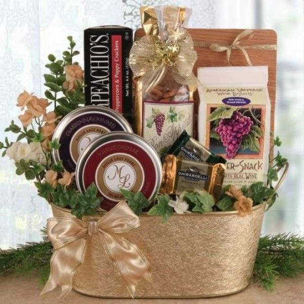 Sending just the perfect #christmas gift is easy with this outstanding wine themed Christmas gift basket.