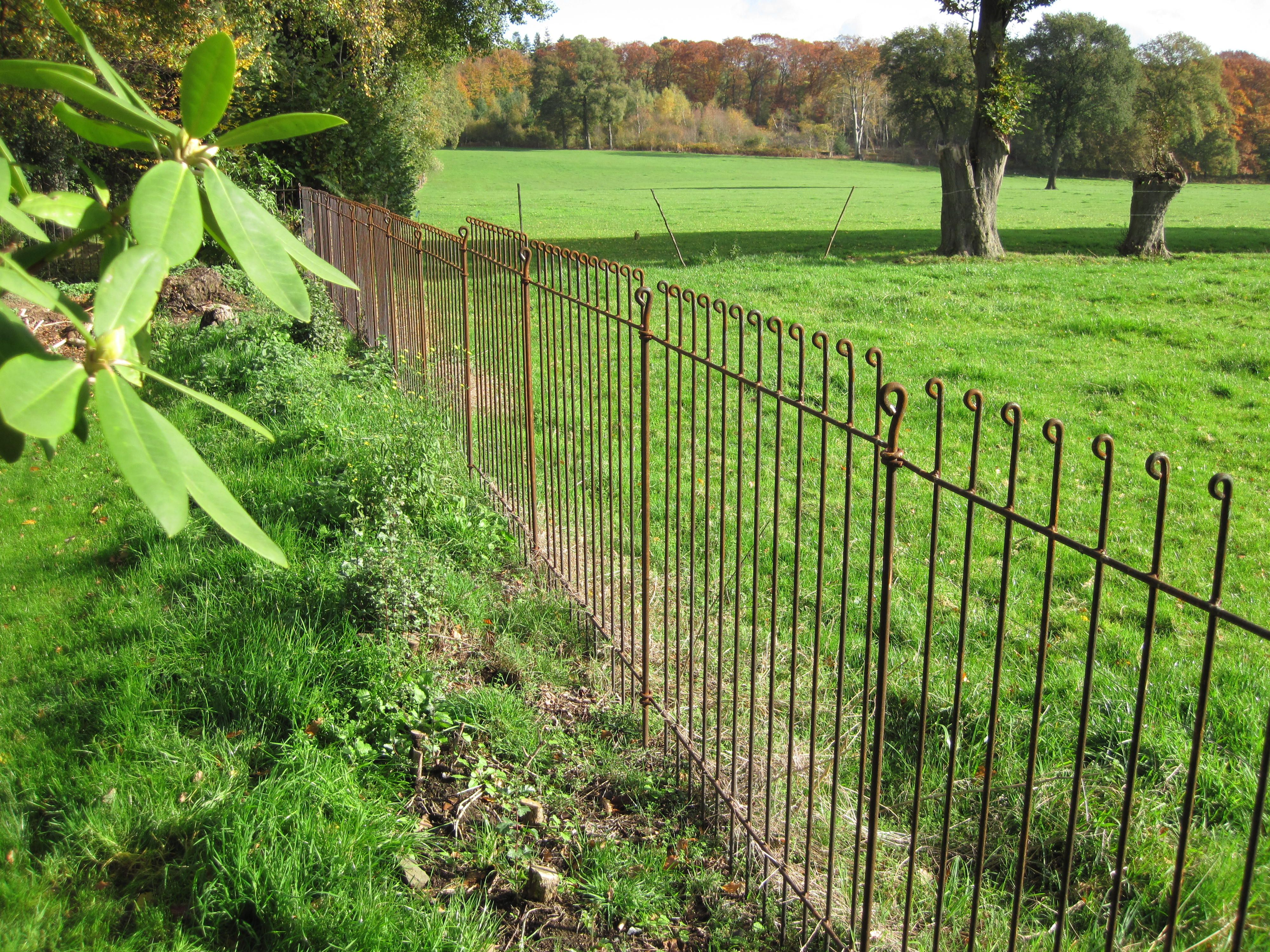 Cl ture de jardin solide sans travaux de fondations uniquement les b tons de liaison qui - Cloture chien jardin ...