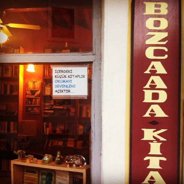 """Latife Tunc @latifetunc  """"İçerdeki küçük kitaplık okumayı sevenlere açıktır."""" ❤ Ayrıca camda """"bazen kapalıdır"""" tabelası,"""