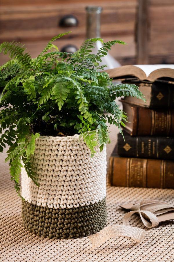 diy un cache pot au crochet pour embellir un vase diy jardinage jardins patio et crochet. Black Bedroom Furniture Sets. Home Design Ideas