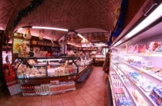 Una piccola vetrina nel centro storico di Castelnuovo Rangone, un importante punto di riferimento per i migliori prodotti tipici della gastronomia dell'Emilia Romagna... e non solo!