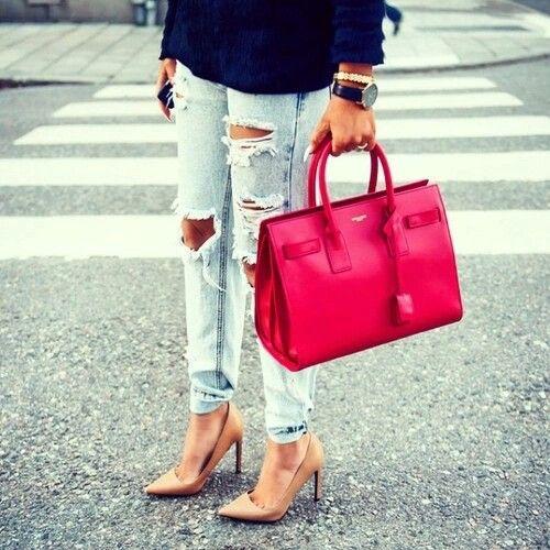 Bolso rojo, pantalon claro