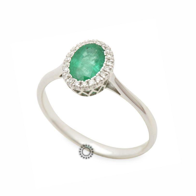 Κομψό διαχρονικό δαχτυλίδι ροζέτα από λευκόχρυσο Κ18 με πράσινο σμαράγδι  και πολλά μικρά διαμάντια γύρω του 390a87b42ed