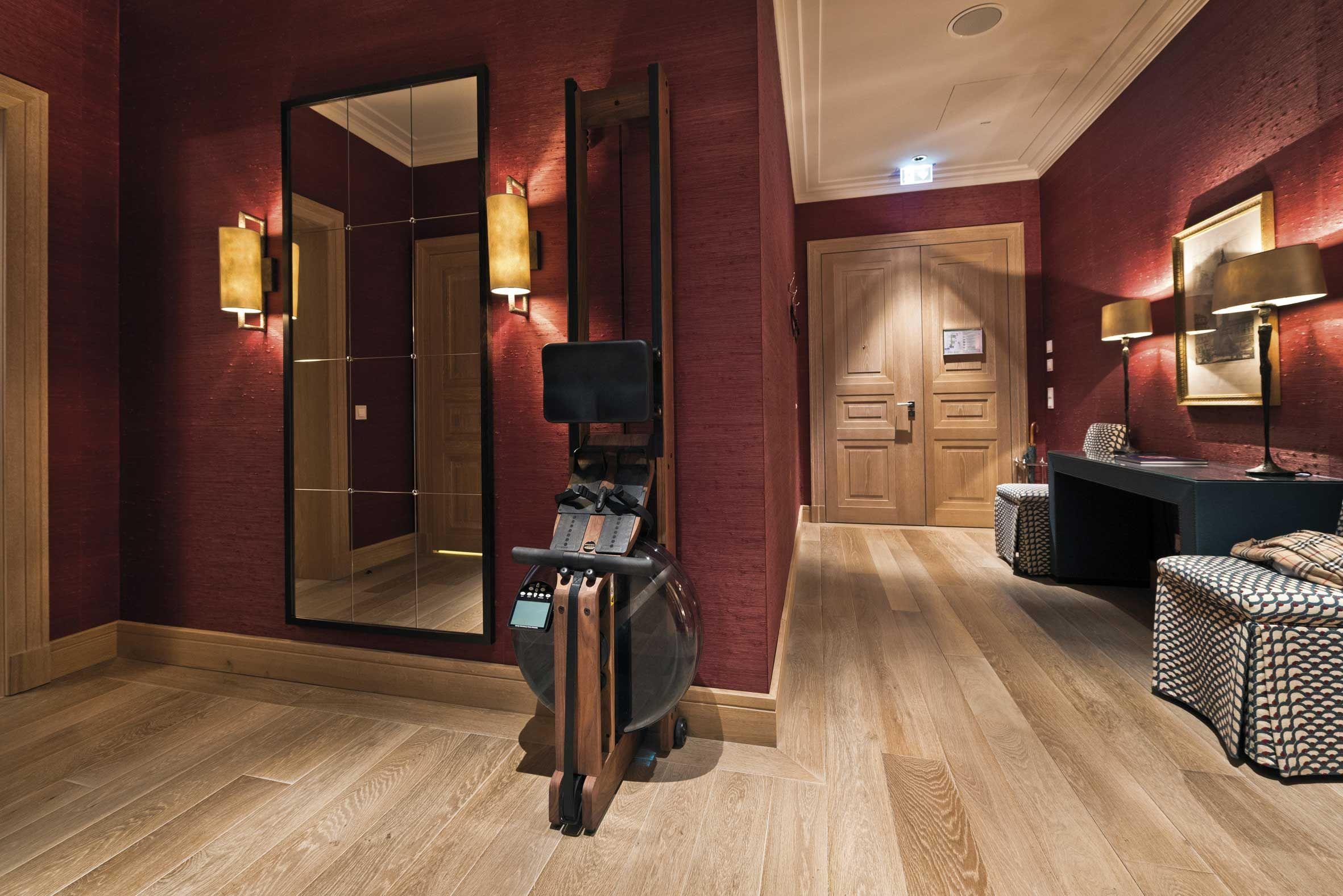 Waterrower rameur avec r sistance eau dans chambre d - Chambre d hote couleur bois et spa ...