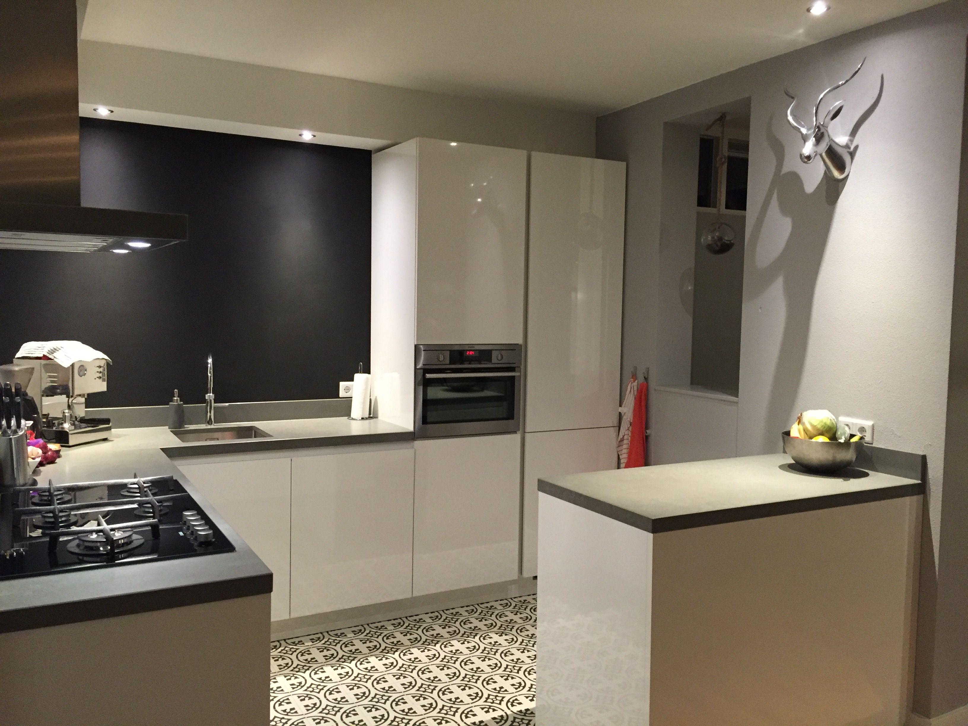 Zwart Grijs Keuken : Zwarte landelijke keuken met grijs aanrechtblad bekijk foto s