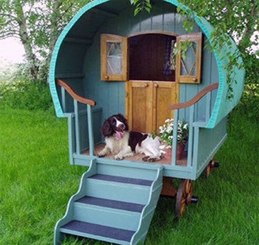 Beautiful This Dog House Has Been Built In The Style Of A Gypsy Caravan. What An Home Design Ideas