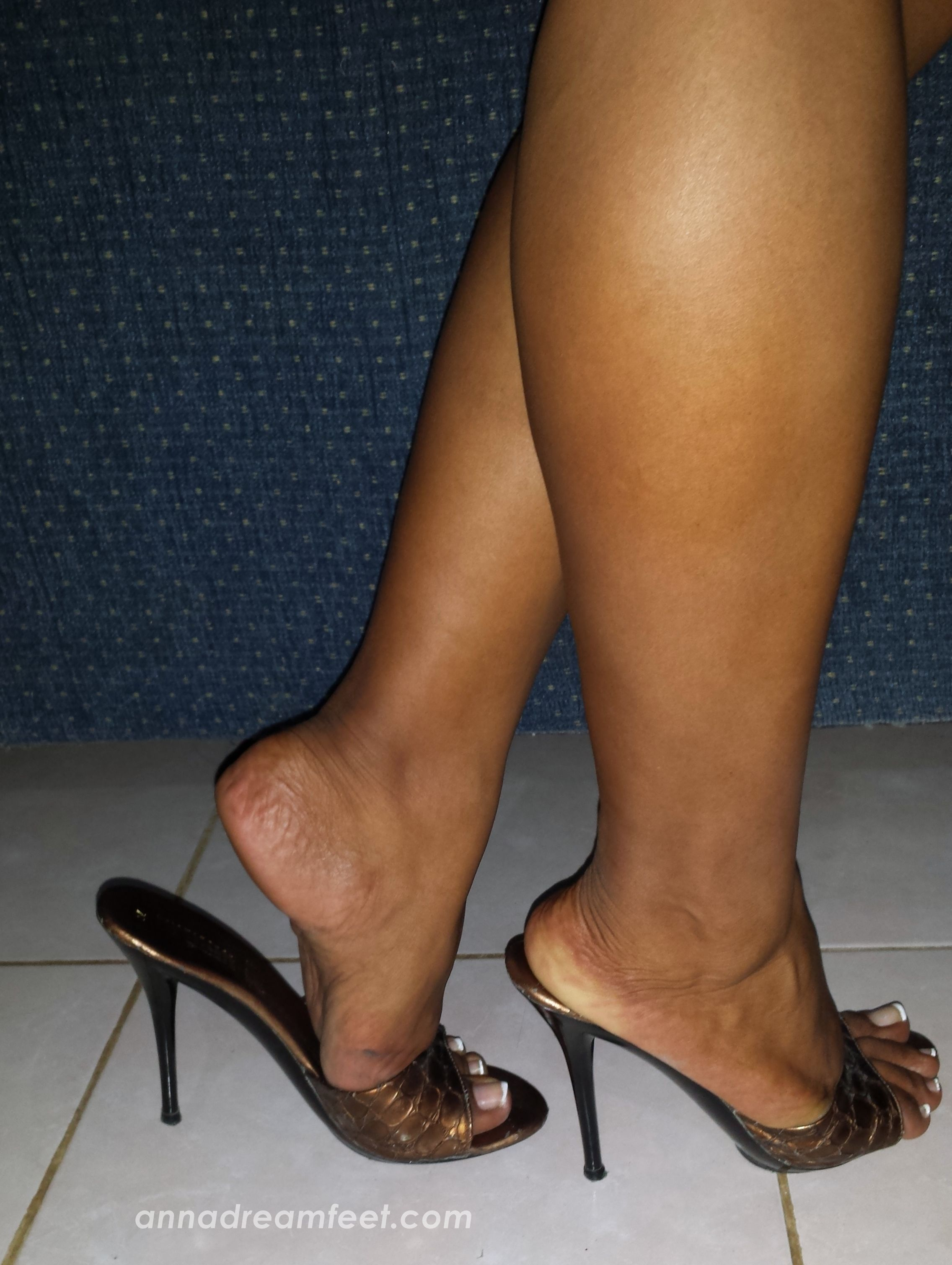 Kourtney kardashian's sexy feet and nude legs in hot high heels
