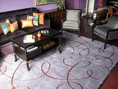 Stunning living room in #purple hues and the perfect #handcrafted #rug from #TufenkianOutlet.