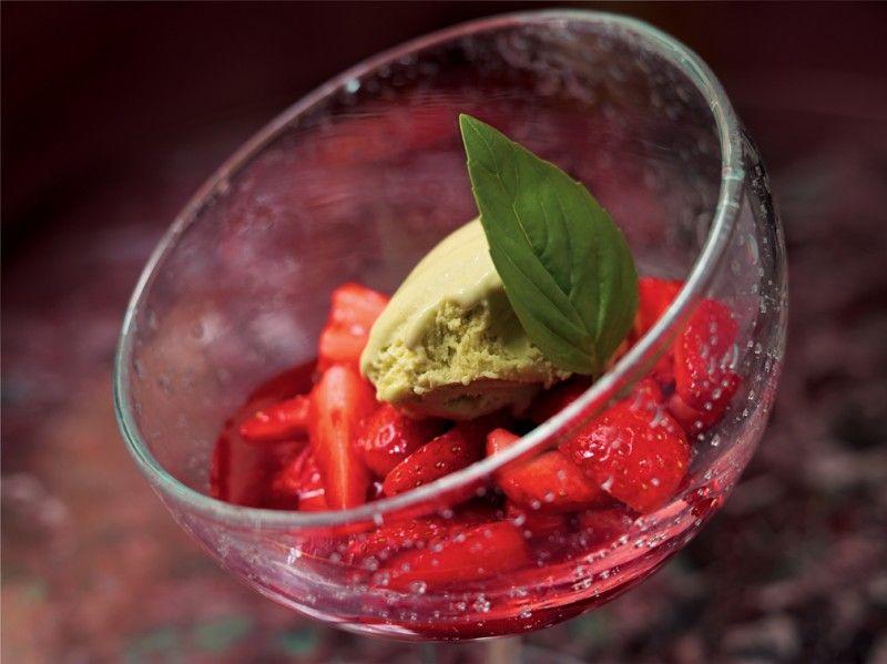 Strawberries in Juice and Basil Ice Cream | morangos em infusão e gelado de mangericão