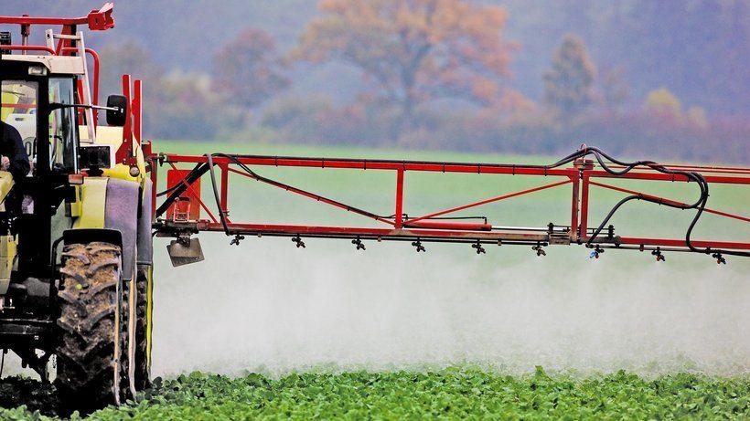 Landwirtschaft: Ein Bauer in Brandenburg besprüht sein Feld mit Pestiziden.