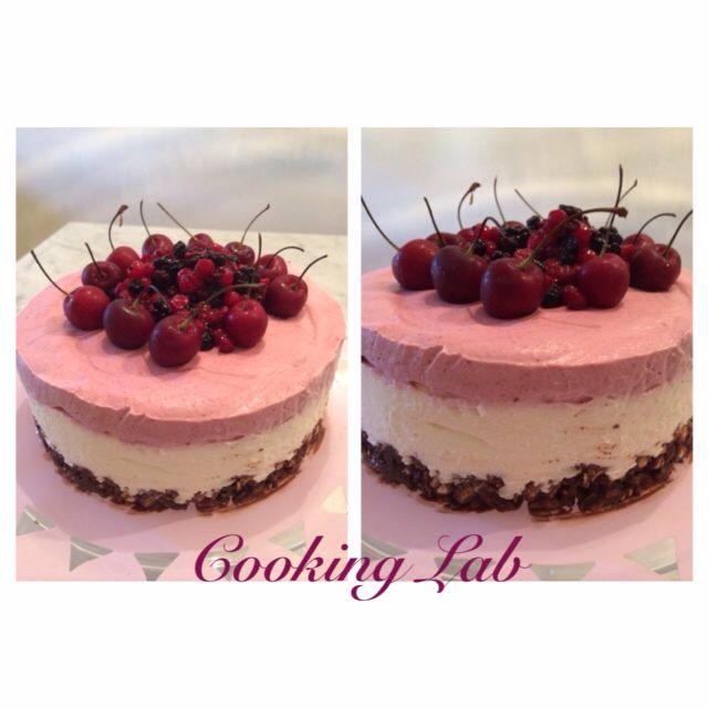 Ceesecake con mousse ai frutti di bosco e ciliege con base croccante al cioccolato Ceesecake whit berrymousse whit crusche choccolate base