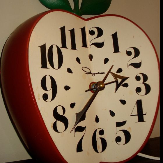 vintage ingraham apple wall clock hard to find a battery powered rh pinterest com