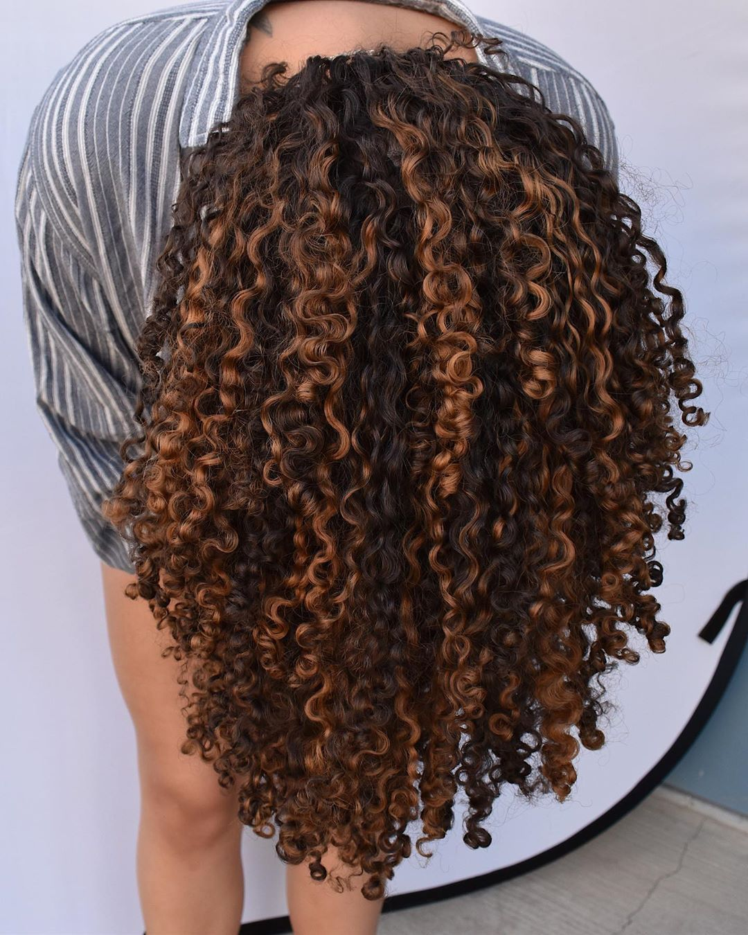 Evan Joseph Salon On Instagram Highlights To Dye 4 By Our Curly Director Cheyhair One In 2020 Curly Hair Inspiration Curly Hair Styles Naturally Colored Curly Hair