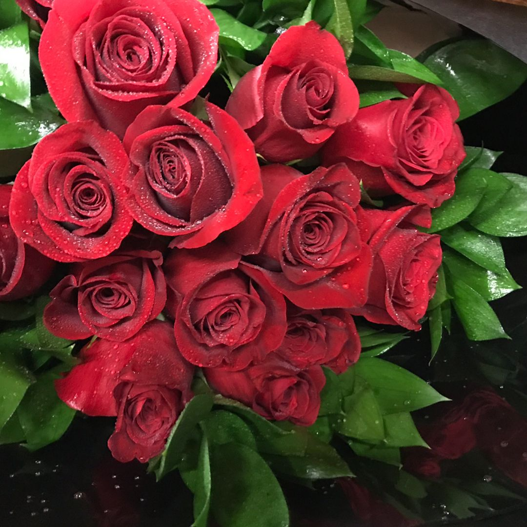 Lushus And Fragrant Red Roses For Your Special Valentine Redroses Flowers Valentinesday Valentines Flowers Flowers Florist Design