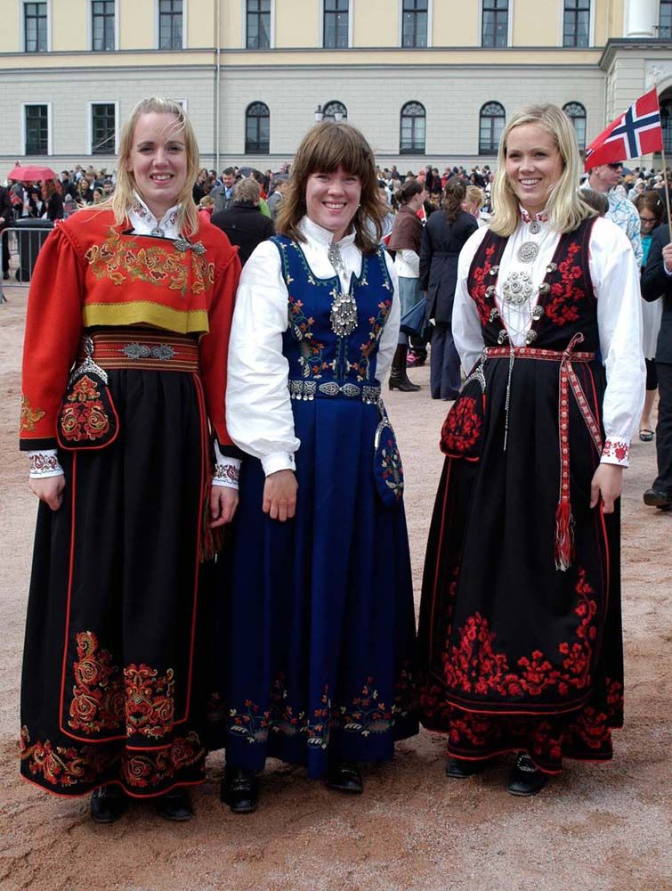 Three Norwegians In National Costume In Front Of The Royal Palace 2008 In Oslo Norwegian Clothing Scandinavian Dress Traditional Outfits