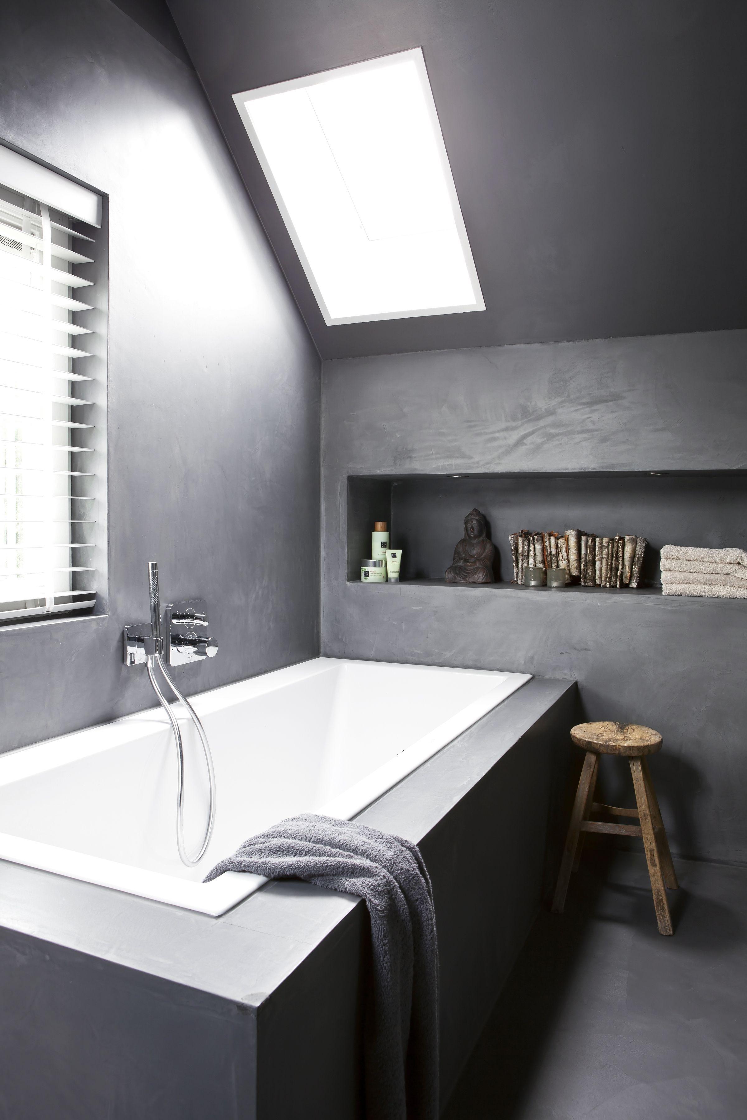 moderne betonstuk badkamer met houten jaloezieà n van zonnelux