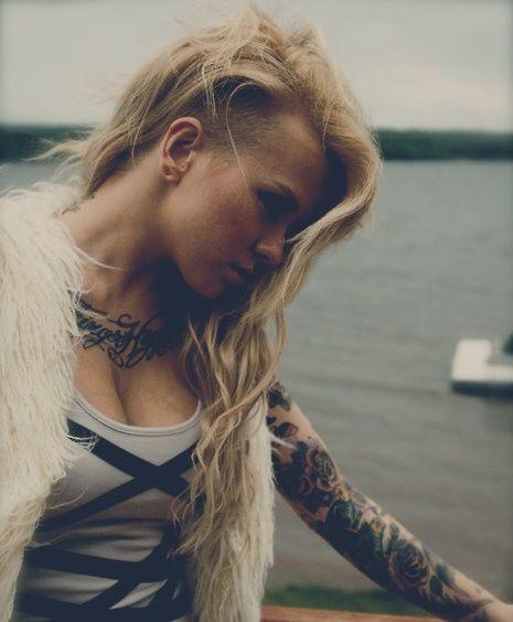 Coiffure rasée sur le côté pour femme aux longs cheveux