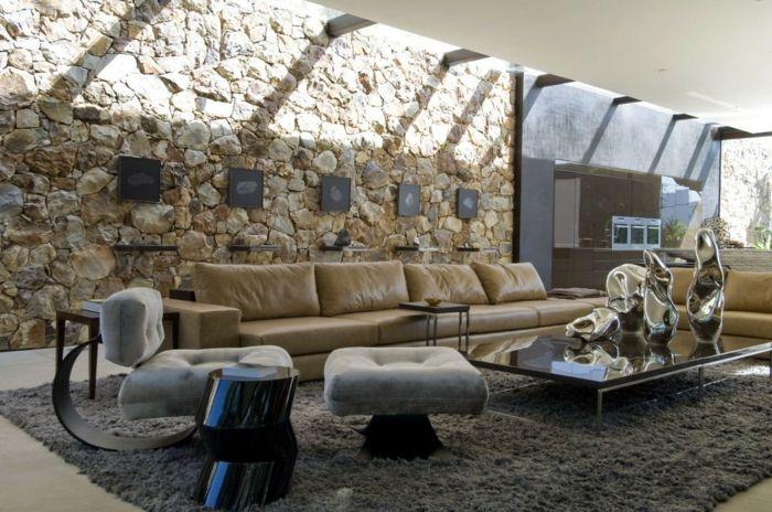 ein geräumiges Wohnzimmer, eine niedrige Couchtisch, Natursteinwand