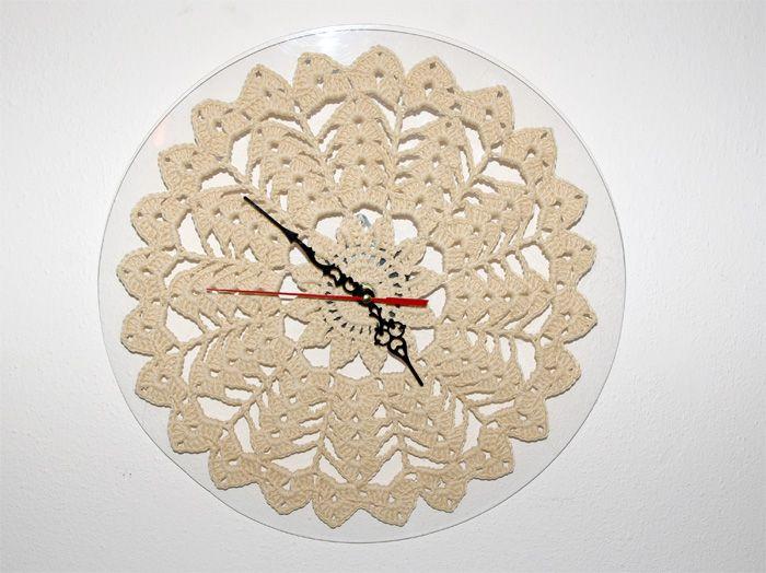 Originale orologio da parete realizzato in cotone ad uncinetto e