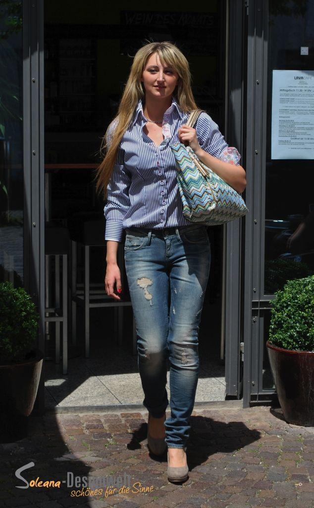Ella, das DU & ICH Model der Soleana-Designwelt mit Bluse und Tasche aus dem Soleana-Designstore.