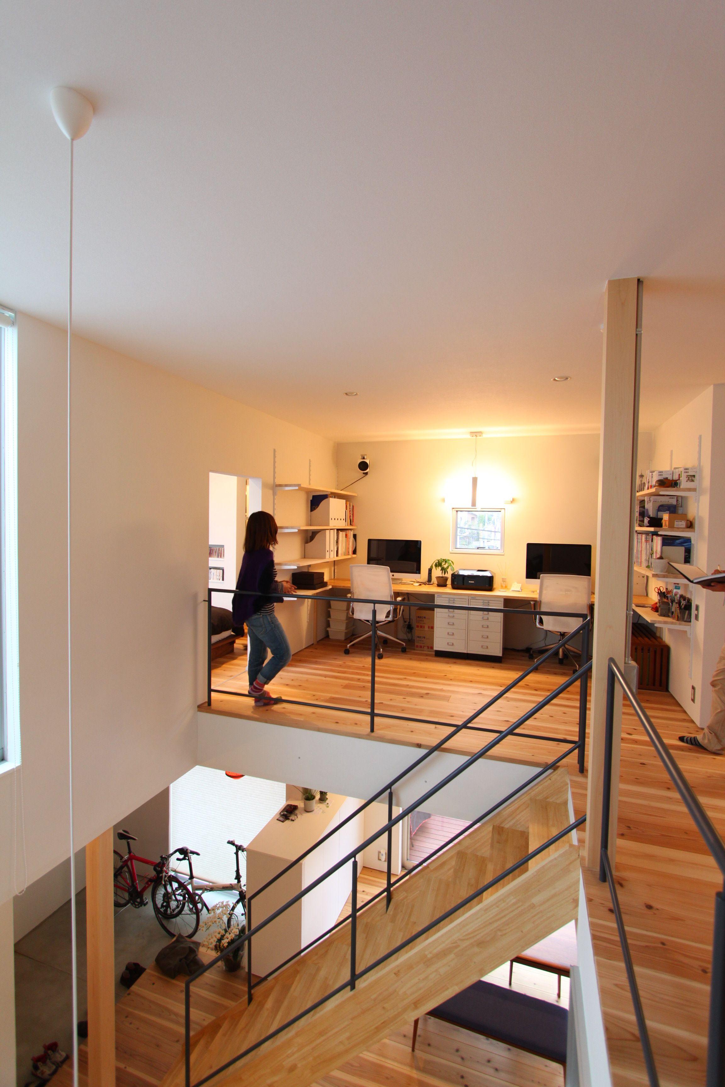 デスクや収納を配置して 開放的な書斎を実現した2階のフリースペース