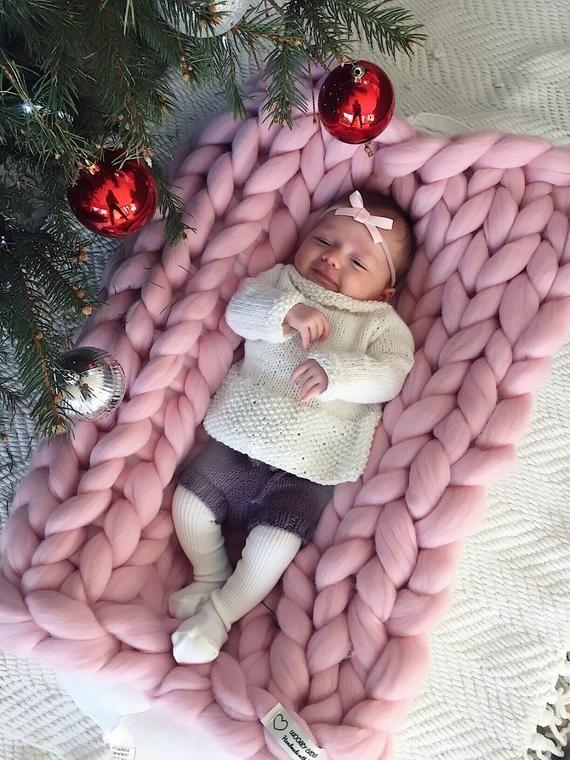 LIEBE AUF DEN ERSTEN BLICK... Wollige Cloud Decke verkleidet sich Ihr Zuhause in Komfort und Luxus und hüllt Sie in Weichheit und Wärme. Auf dem Bild-Baby-rosa-Decke (Größe 20 x 30) * MATERIAL Wir verwenden nur die besten 100 % Merino-wolle – die weichste Wolle in der Welt. Es ist