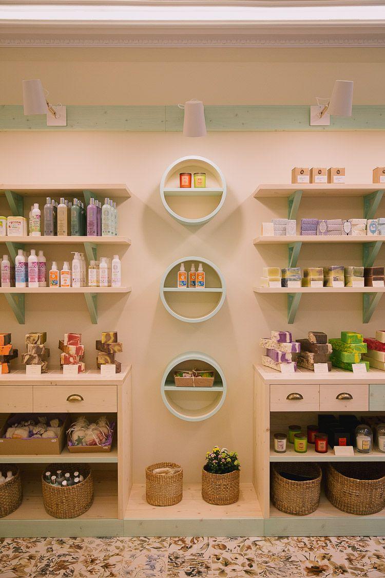 Diseo de tienda a medida diseo de tienda de jabones diseo original de  Decoracin  Cosmetic shop Soap shop y Salon retail