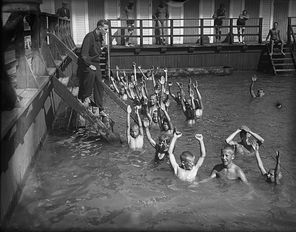 Lapsia uimakoulussa Ruissalon Kansanpuistossa 1933.  Kuvaaja: Turun Sanomat Turun museokeskuksen valokuva-arkisto TS9250