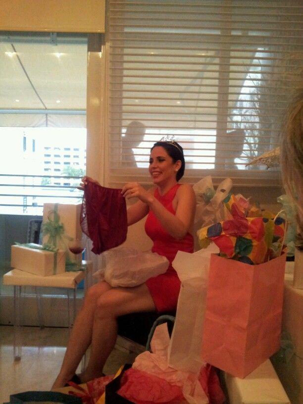 Verónica abriendo regalos