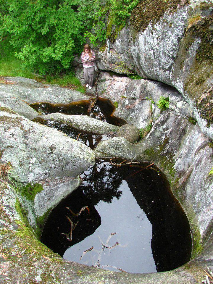 Kuin kallio olisi taivuteltu mutkille – Hangon Kappelisataman hiidenkirnut