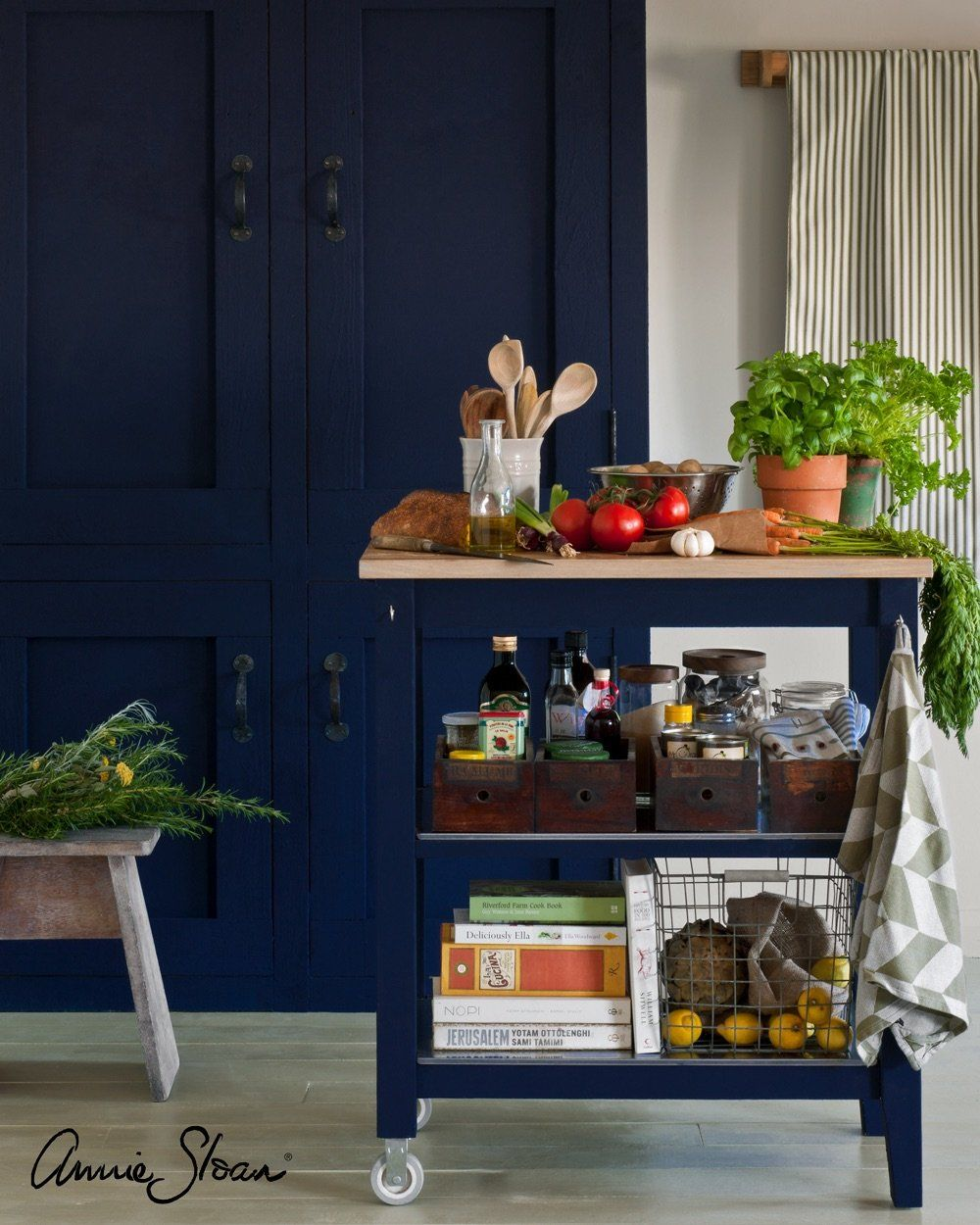 Photo of Oxford Navy Chalk Paint® decorative paint by Annie Sloan- Global Sample pot