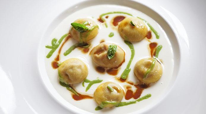 Fine dininig lovers: Pasta ripiena di ragú napoletano con salsa di parmigiano e crema di basilico