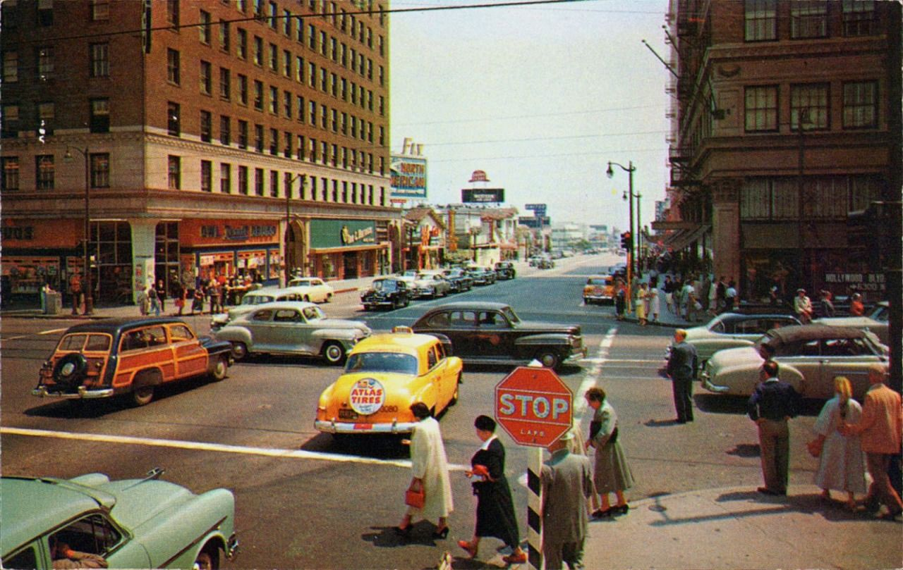 In This 1950s View Of Hollywood And Vine I Love How Nicely Everyone Is Dressed And Also The Woody Vintage California Hollywood California Vintage Los Angeles