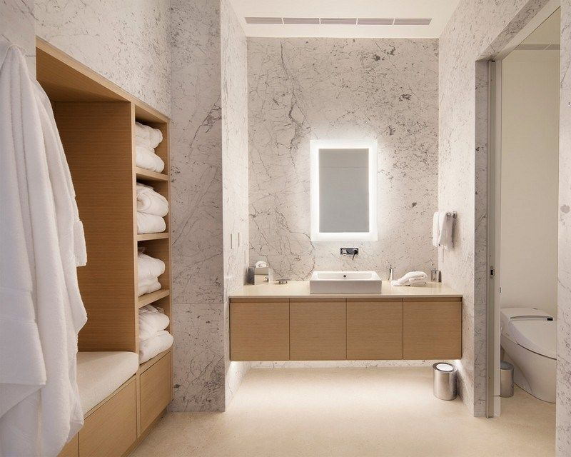 Badspiegel im puristischen Badezimmer mit Holzmöbeln und - badezimmerspiegel mit tv
