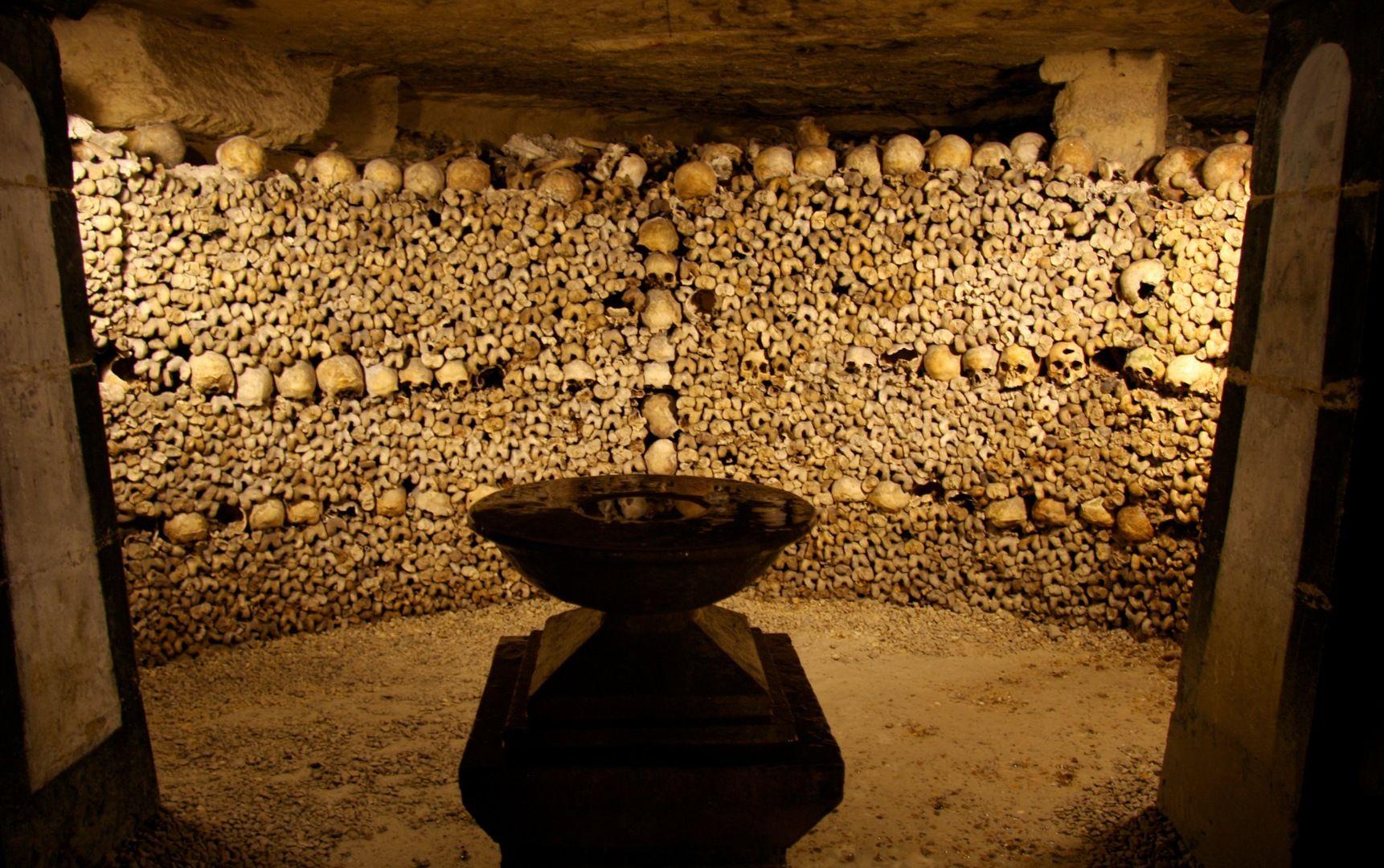 Paris_Catacombs_Crypt_of_the_Sepulchral_Lamp.jpg (1722×1080)