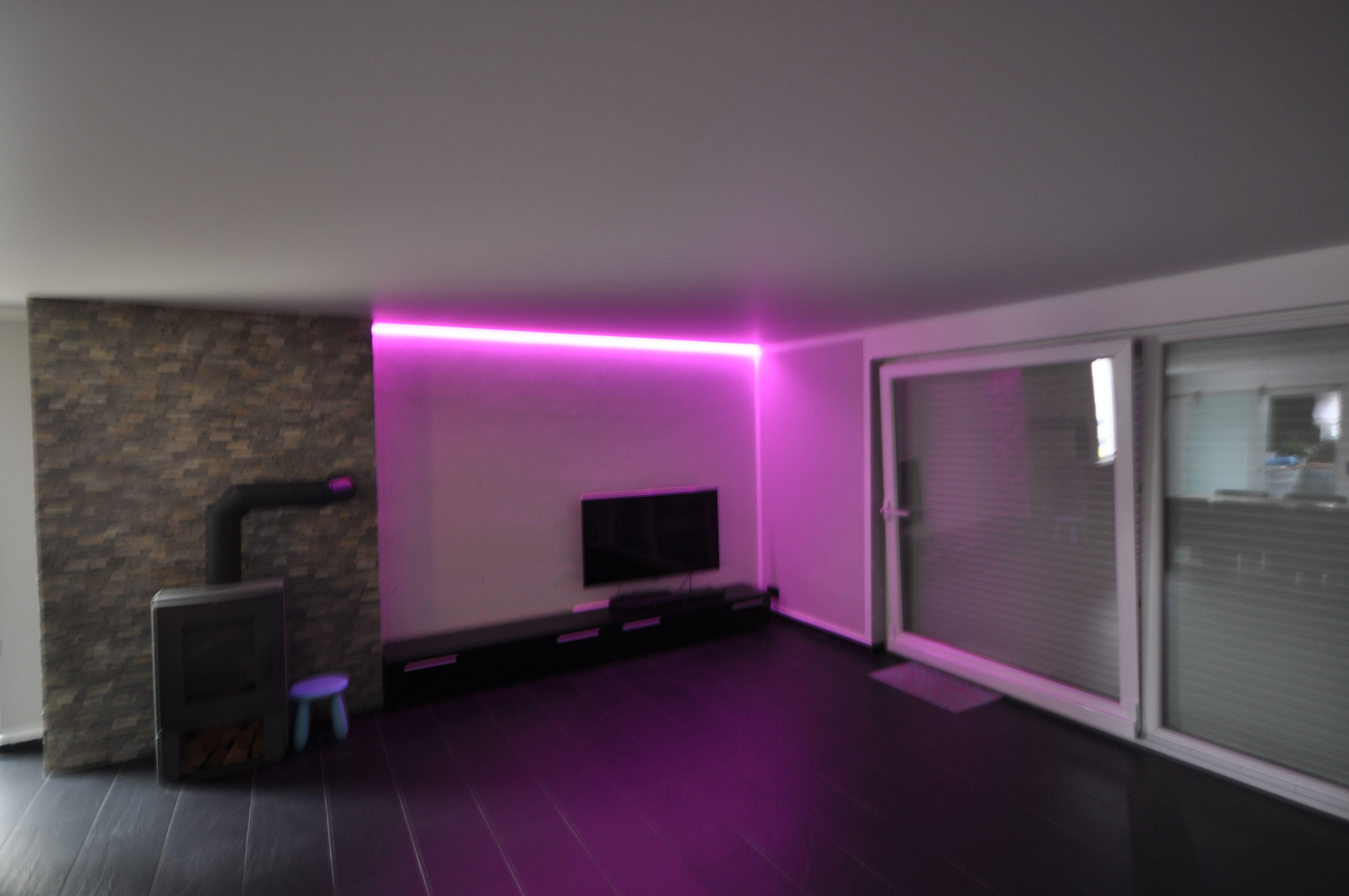 Wohnzimmer Renovieren ~ Matt weiße spanndecke im wohnzimmer mit rgb band in der