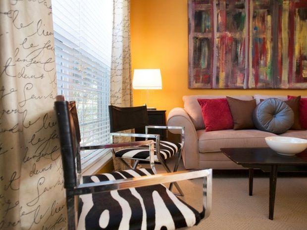 senfgelbe Wand Wohnzimmer Farbgestaltung Sofa grau rot