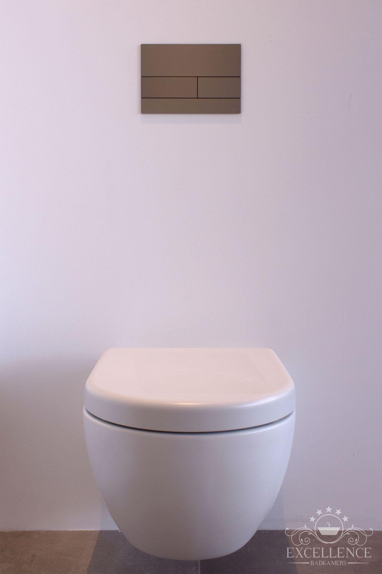 Maatwerk badkamer. Design wandcloset mat wit. Design bedieningsplaat ...