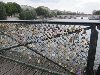 APRENDÍ QUE:  En este puente parisino las parejas de enamorados cuelgan un candado con sus nombres en señal de unión eterna... que cursi!!!  París, Francia