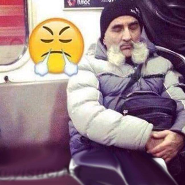 señor con bigote en metro se parece a emoji resoplando