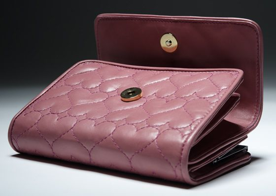 Close up: Cute pink wallet in quilted heart shaped luxury calf napa leahter by Romana Correale. Handmade in Tuscany, Italy. #pink #wallet #calfnapa #quilted #heart