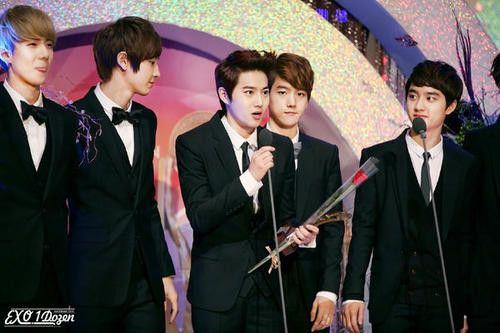 EXO-K on the stage receiving their first award (cr exo1dozen) :3