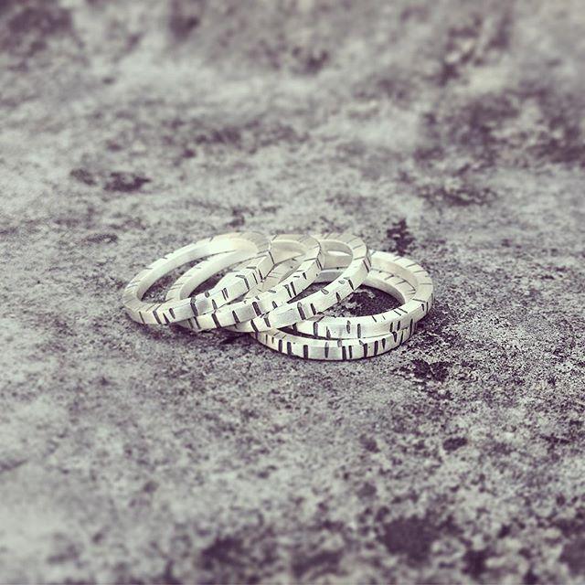 Anéis em prata com textura e oxidação  #joias #joalheriaartesanal #joalheria #moda #fashion #prata #anéis #anel