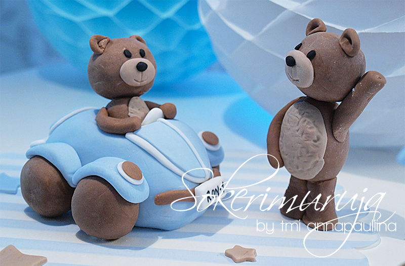 Nallekoristeet juhlakakkuun. / Teddybear cake decorations for a party cake.