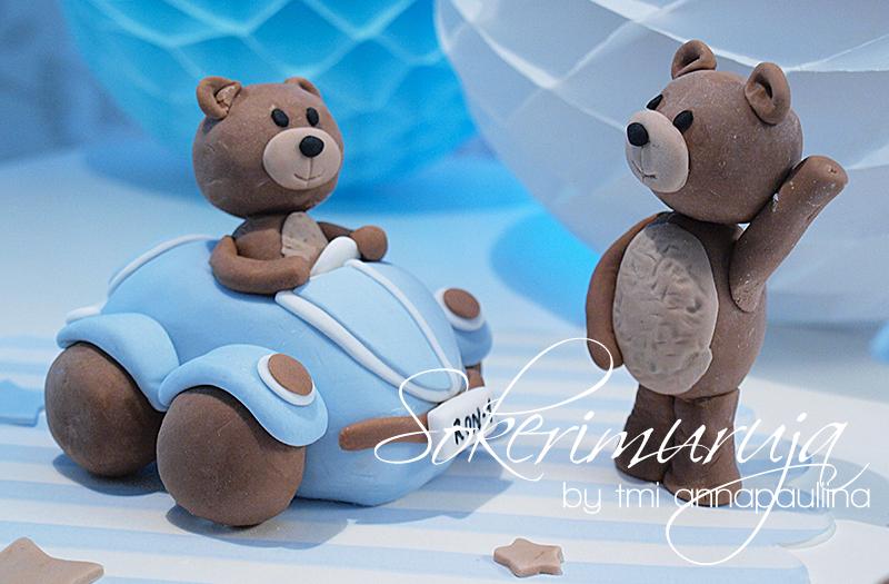 Nallekoristeet juhlakakkuun. / Teddybear cake decorations for a party cake.