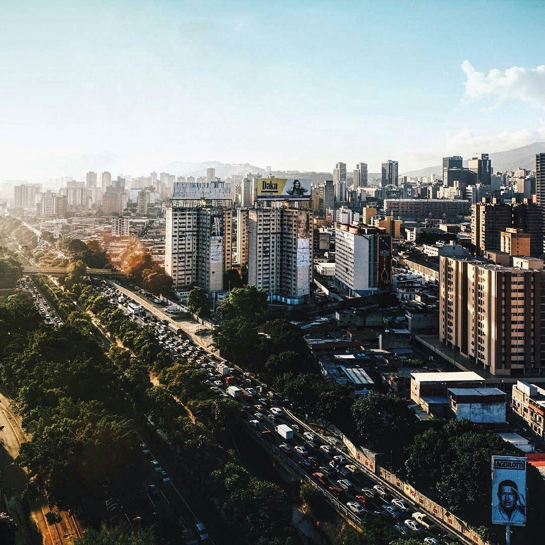 Excelente jueves! Fotografía de Caracas cortesía de @agerlotti  #LacuadraU #GaleriaLCU #Caracas #FelizJueves #Jueves