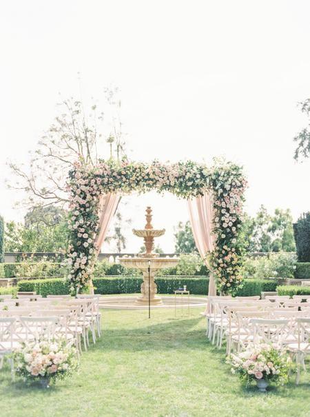 Eine riesige Blumen-Chuppa, das süßeste Blumenmädchen aller Zeiten und ein Pommes-Frites-Riegel … Ja, diese Hochzeit gewinnt.   – Pink Wedding Ideas